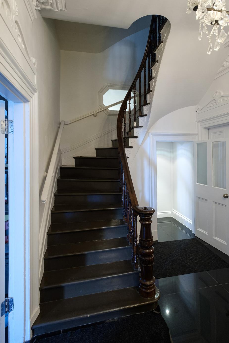 Le manoir de 8900pi2 comporte quatre niveaux. L'escalier mène de surprise en surprise.