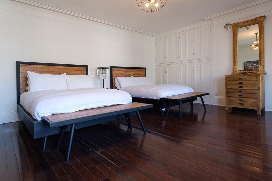 Voici une des quatre chambres spacieuses à l'étage.