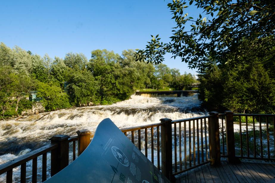 Un de nos endroits préférés pour la dégustation: le belvédère qui donne sur des cascades de la rivière Nicolet. On y trouve deuxtables à pique-nique placées stratégiquement.