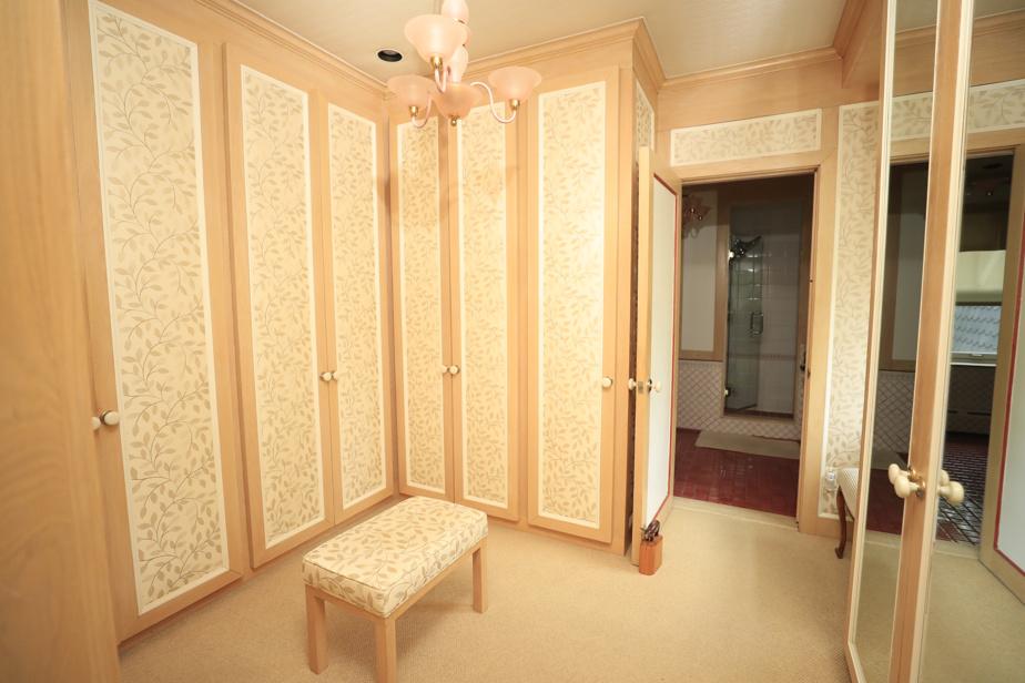 Une grande penderie de type walk-in, adjacente à la chambre principale, offre beaucoup de rangement pour les effets personnels des maîtres des lieux.