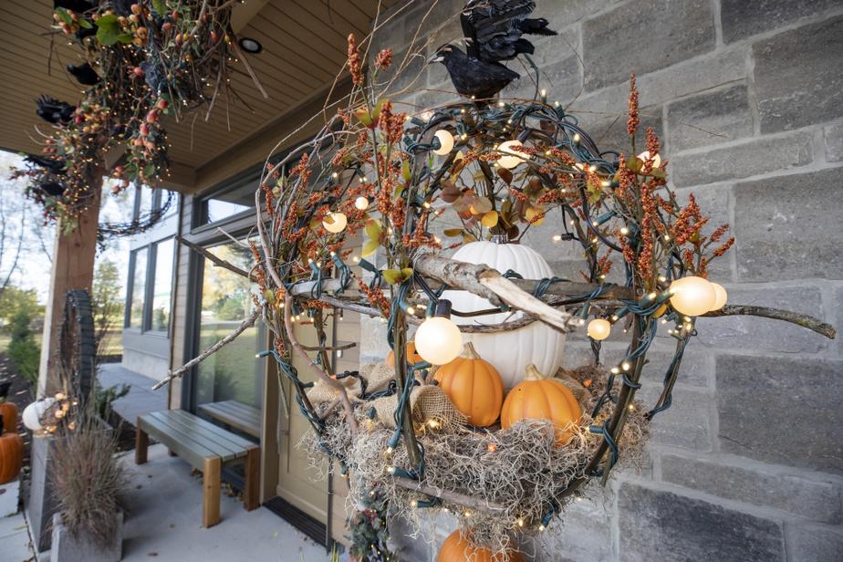 Avec des matières naturelles récupérées dans les environs, comme des branches de saule, Marie-Ève Gladu compose des éléments décoratifs illuminés.