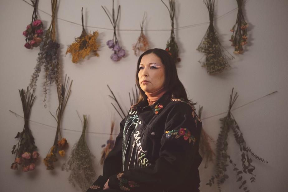 Laura Niquay, originaire de la communauté autochtone de Wemotaci, est une autrice-compositrice-interprète qui a fait le pari de chanter presque toutes ses chansons en atikamekw nehiromowin, sa langue maternelle. Sa musique inspirée du folk, mais tirant aussi parfois sur le grunge, mêle son héritage atikamekw à la modernité. Elle a fait paraître au printemps un album intitulé Waska Matisiwin, c'est-à-dire «cercle de vie». Laura Niquay se produira le 17août.