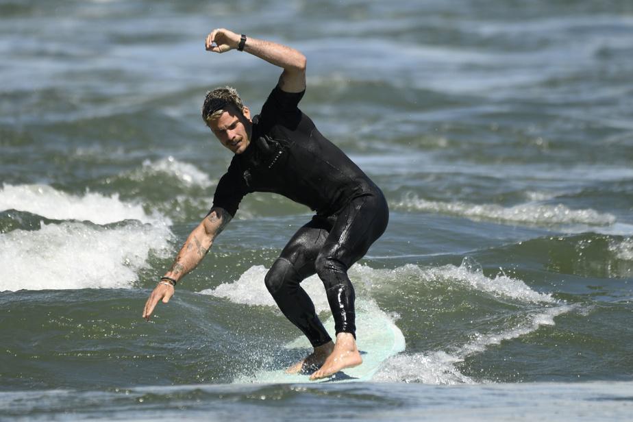 L'expérimenté Jérémie Gauthier-Lacasse, surfeur depuis 10ans, en profite pour donner des conseils aux novices.