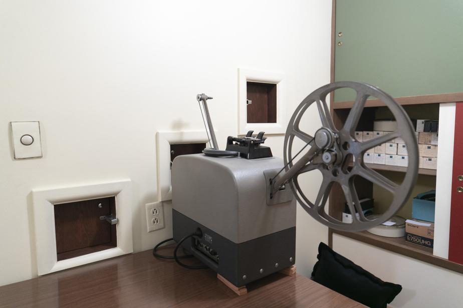 Au sous-sol, le projecteur pour le cinéma maison est toujours en place.