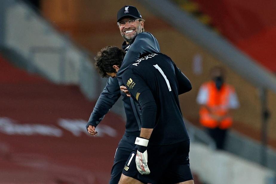 L'entraîneur de Liverpool Jürgen Klopp et son gardien Alisson Becker après le match de mercredi contre Crystal Palace