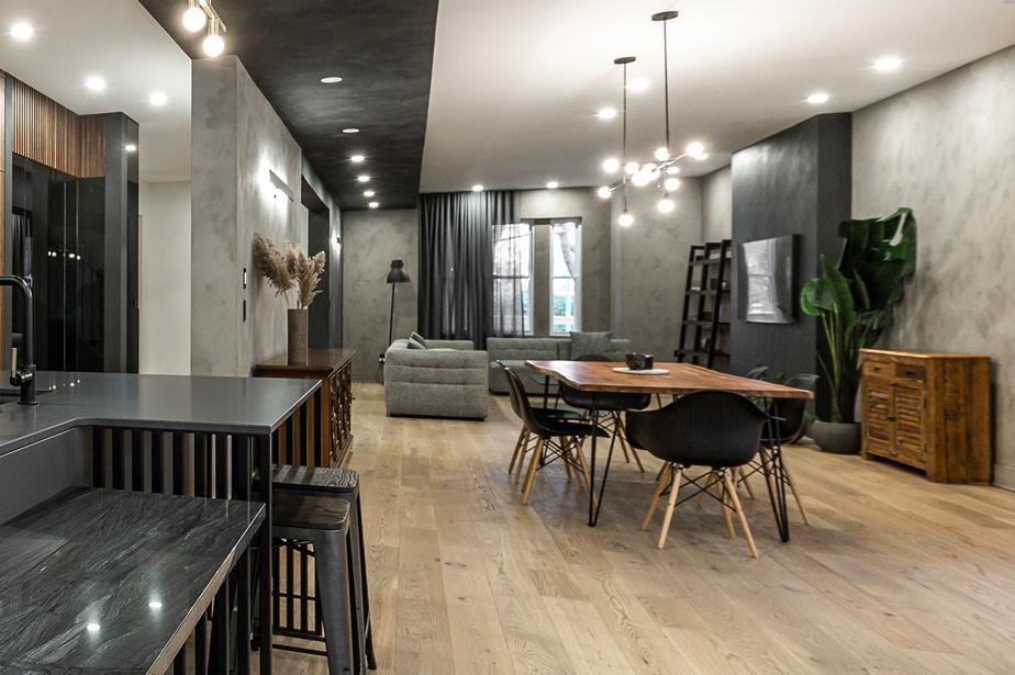 Très aérée, l'aire ouverte présente cependant des zones définies autant par le mobilier que par les luminaires. La cuisine est légèrement en retrait, mais les adultes aux fourneaux peuvent tout de même surveiller les enfants quand ils sont dans le salon.