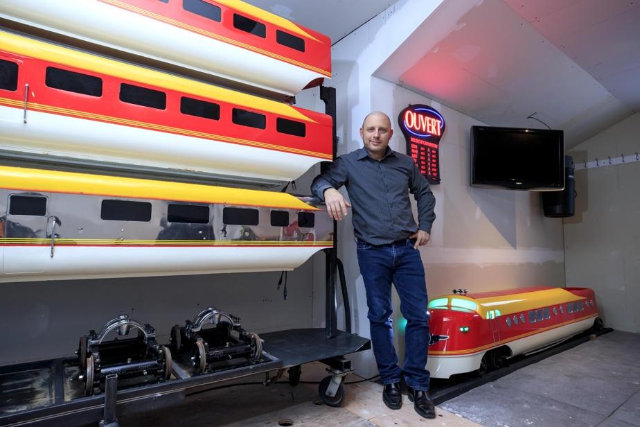 Alain Desjardins et ses voitures remises à neuf, remisées dans son garage.