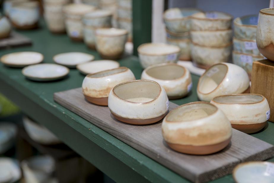 Les pots de Nadine Desmarais se démarquent par leur forme affaissée, comme s'ils étaient en train de fondre sur la table.
