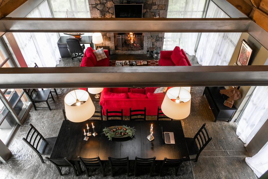 L'une des chambres de l'étage jouit d'un point de vue insolite vers l'extérieur et sur le foyer du salon.