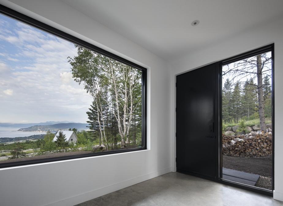 Dès l'entrée, la maison expose ses couleurs en mettant en vitrine les vallons de Charlevoix et le fleuve.
