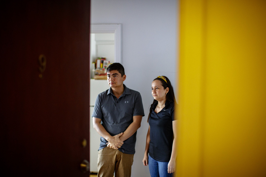 Oliverio et Daniela, respectivement ingénieur et économiste enColombie, travaillent comme préposés à l'entretien ménager enzone rouge à l'Hôpital général juif.