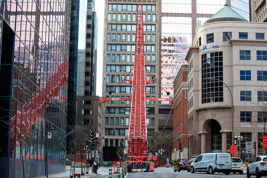 Au centre-ville de Montréal, une grue est repliée sur elle-même en attendant une journée moins venteuse.