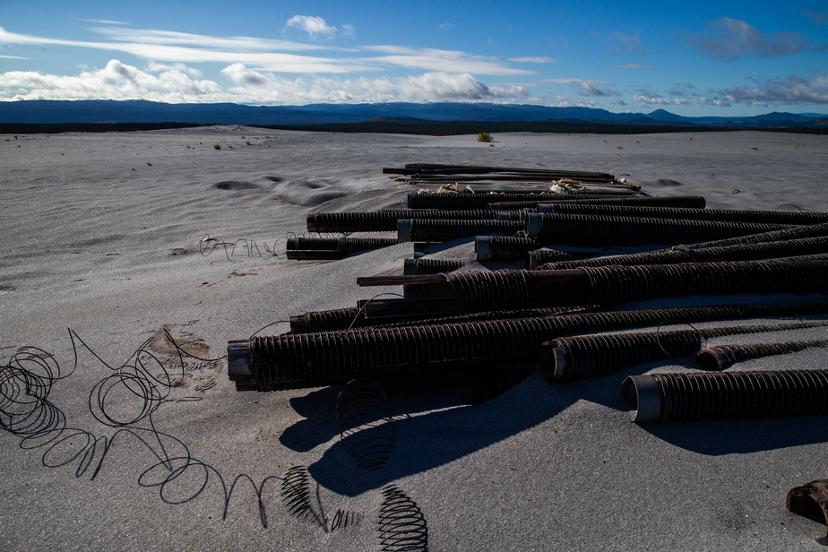Les tuyaux qui transportaient un mélange d'eau et de roches broyées issu du traitement du minerai sont toujours présents sur la montagne de résidus.