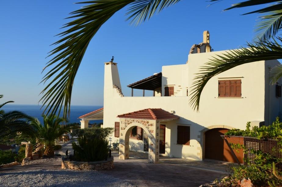 La maison domine un hameau de Crète.