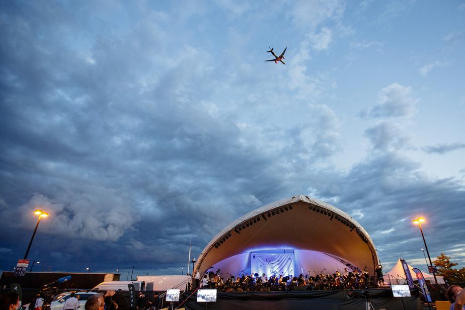 L'Orchestre symphonique de Montréal (OSM) a renoué mercredi avec son public après une pause de plus de quatre mois. Le concert s'est déroulé sous les étoiles... et les avions.