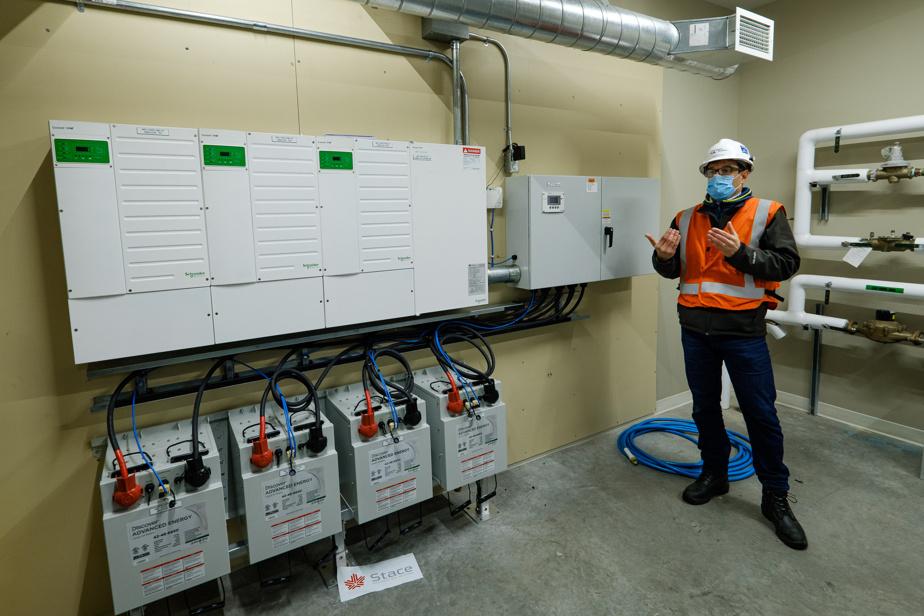 Des piles d'accumulation énergétique au sous-sol d'un bâtiment du centre-ville connecté au micro-réseau