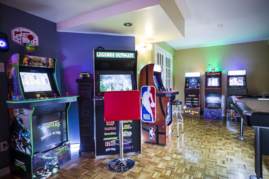 La famille a investi dans huit machines d'arcade, en plus d'une table de hockey et d'ajouts rappelant une vraie salle de divertissement. Comme il ne s'agit pas d'originales, elles ont été acquises à prix très raisonnable et prennent moins de place.