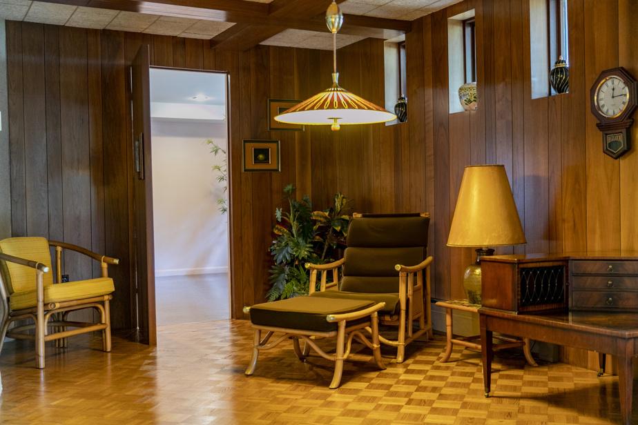 Une aire de repos qui a été aménagée pour la vente de la maison, la décoration ayant dû être refaite puisque la propriétaire a emporté certains meubles avec elle dans son nouvel appartement.