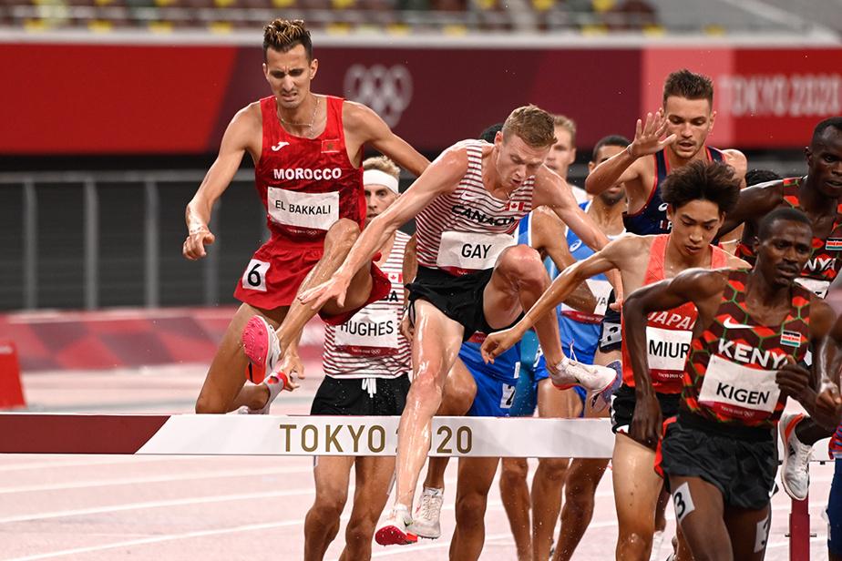 Le Canadien John Gay enjambe un obstacle lors de la finale du 3000m steeple masculin. Il a terminé l'épreuve au 15erang.