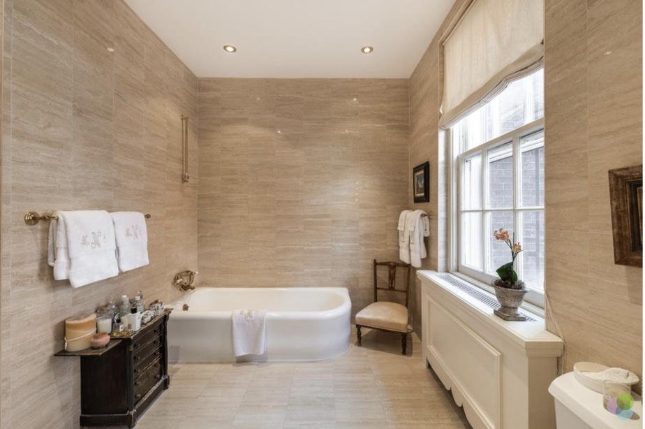 Les cinq salles de bains ont été rénovées. Les murs de celle-ci sont couverts de travertins.