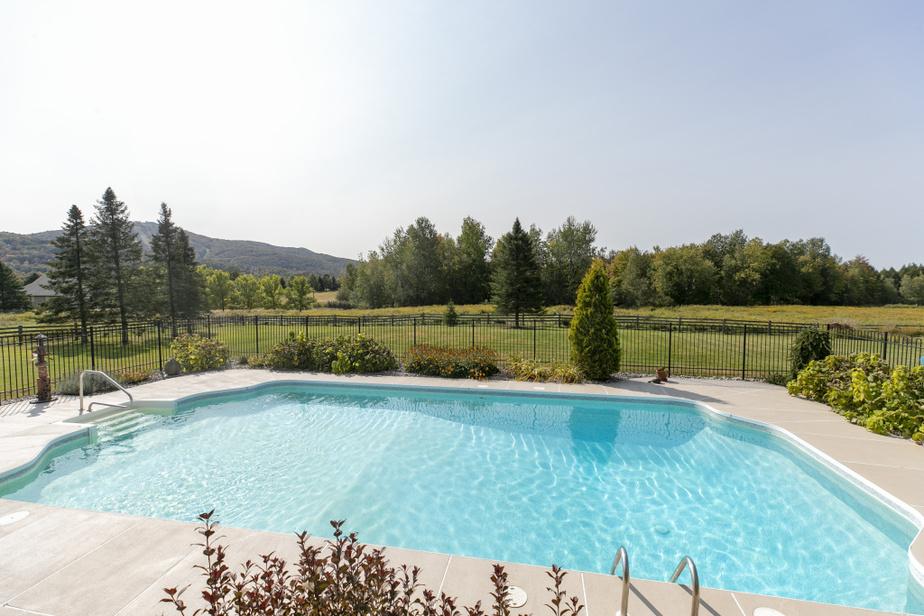 La montagne peut être admirée de la piscine. Celle-ci, chauffée, a été creusée en 1996pour que les enfants s'y amusent le plus longtemps possible.