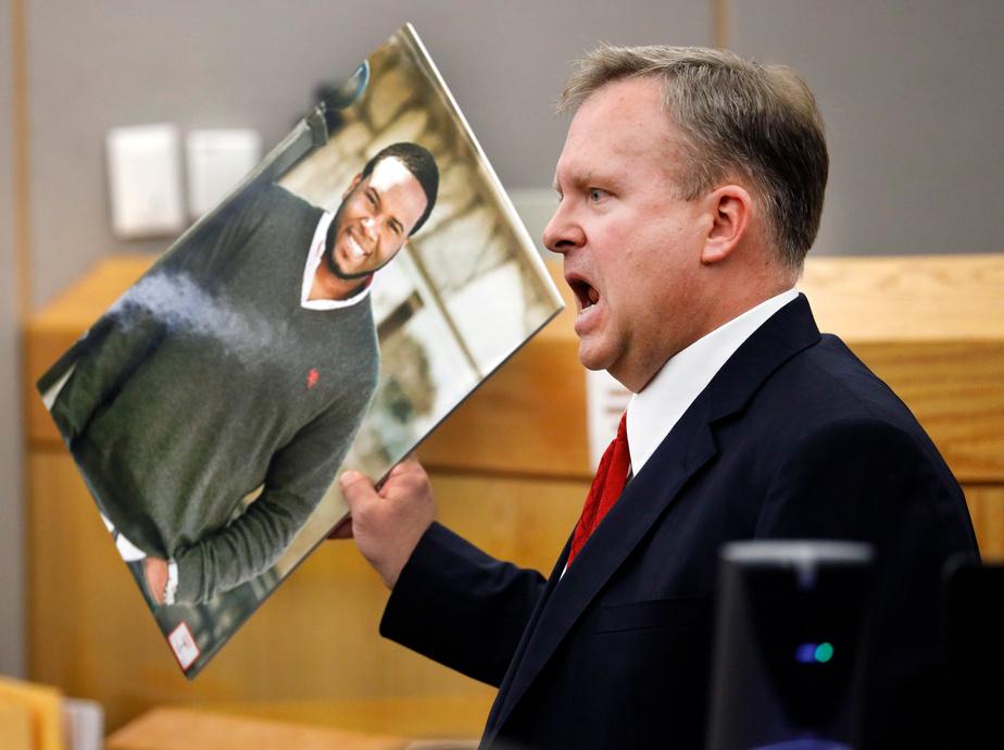 Le frère d'une victime enlace l'ex-policière coupable du meurtre