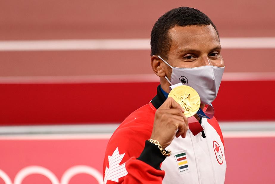 Andre De Grasse tient enfin sa médaille d'or remportée au 200m masculin.