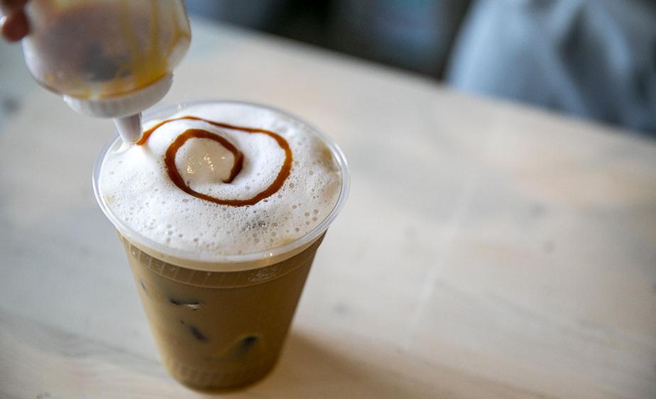 Le café Zébulon est un favori de l'endroit, avec son lait de macadam, sa boule de glace coco et une spirale de caramel pour terminer.