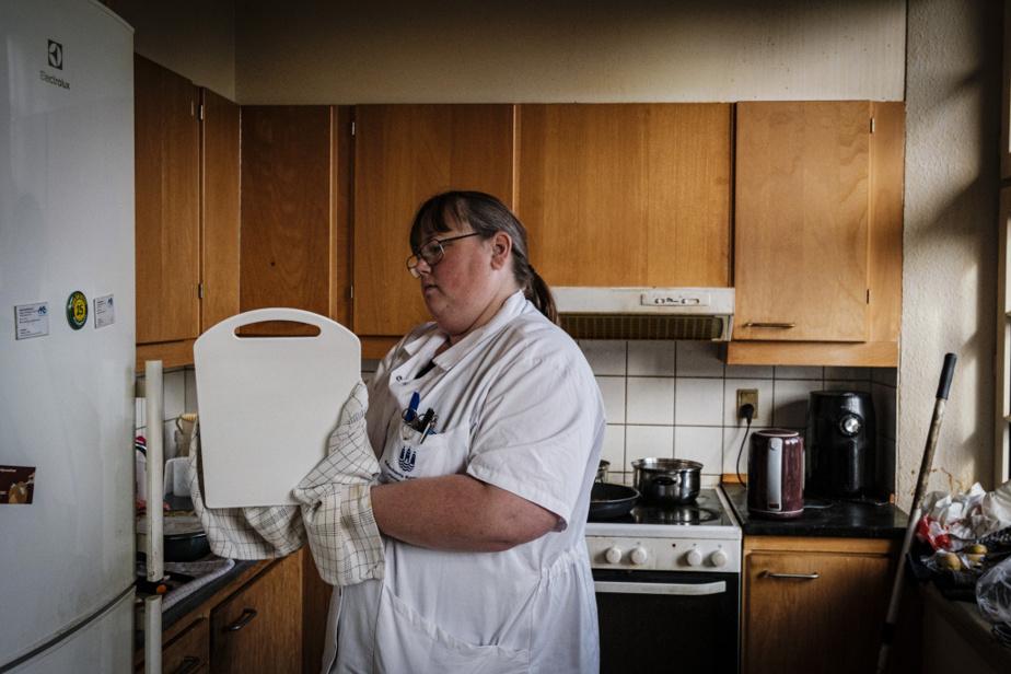 De la vaisselle sale et des cendriers pleins traînent dans le logement. Lone estime que son patient aurait besoin d'aide tous les jours. «Mais il ne veut pas. Donc on respecte ça.»