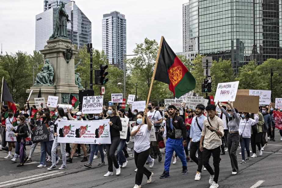 Participants à la marche organisée par le Mouvement mondial pour la paix en Afghanistan, samedi, à Montréal