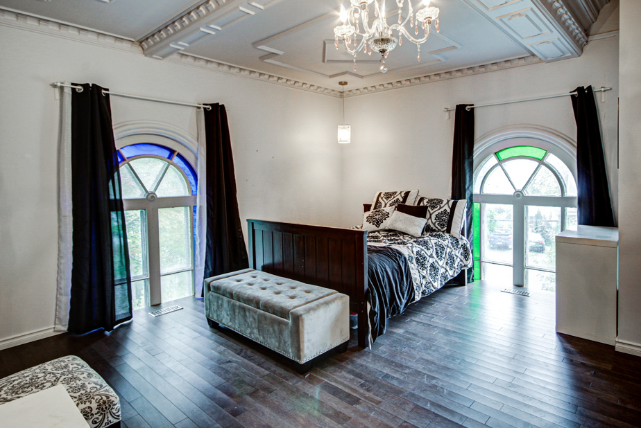 La deuxième chambre, qui était celle de la fille du couple. Une troisième chambre, qui peut aussi servir de bureau, se trouve au rez-de-chaussée.