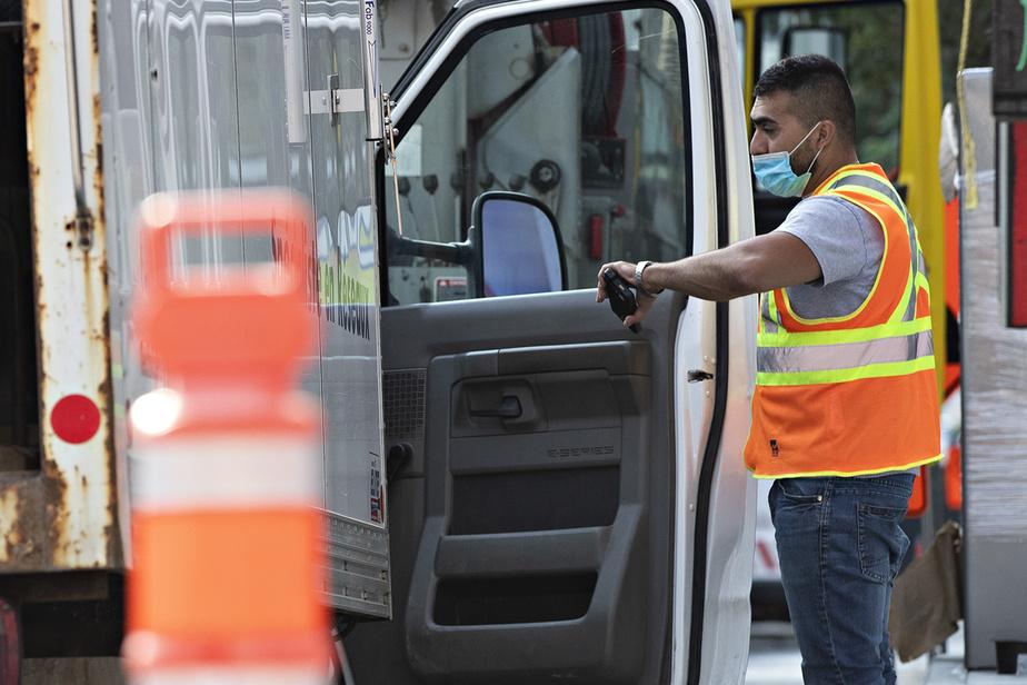 Tous les jours, dès 5h, Habil Fereydouni arpente les rues de Montréal pour limiter les nuisances sur les chantiers et faciliter la circulation.