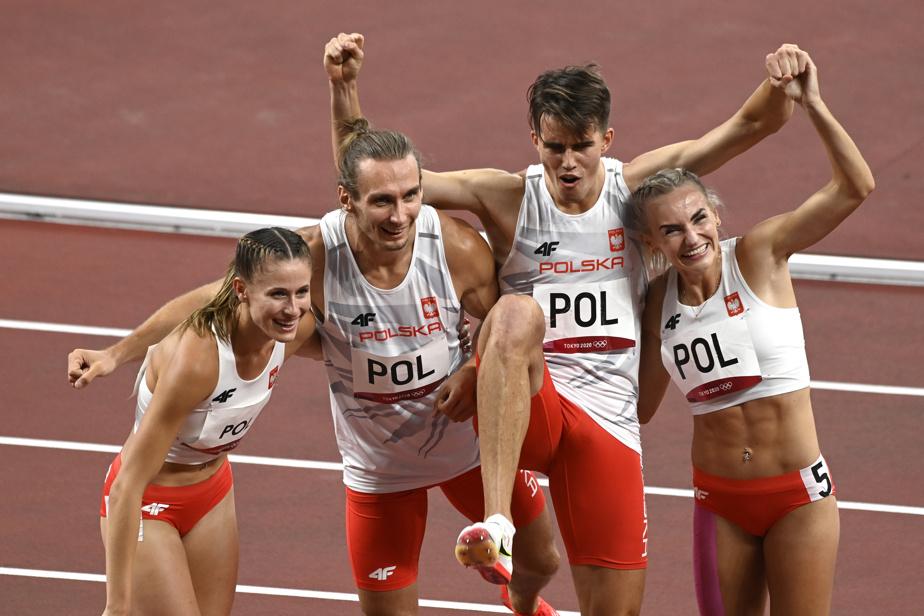 L'euphorie de la victoire pour l'équipe de la Pologne au relais 4x400m mixte, qui vient avec ce qui ressemble étrangement au coup de pied de Daniel LaRusso.