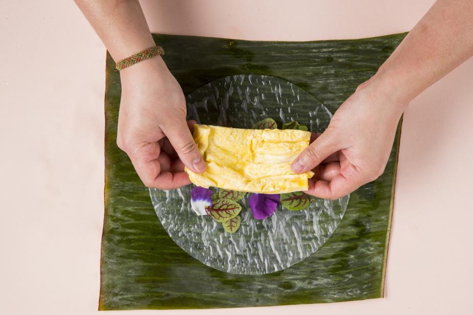 6. Placer l'omelette ou autre protéine cuite au choix (tofu, poulet, crevettes).