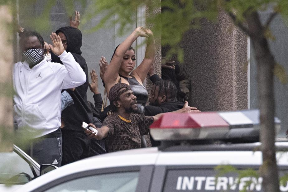 Vers 8h55, les policiers ont procédé à l'évacuation d'une quinzaine de personnes dans un bâtiment situé sur la rue Saint-Antoine, entre la rue Saint-Denis et l'avenue de l'Hôtel-de-Ville.