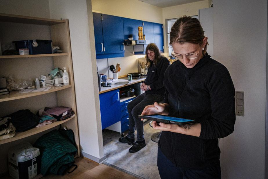 Amalie Lund Madsen consulte l'horaire des visites de sa patiente.