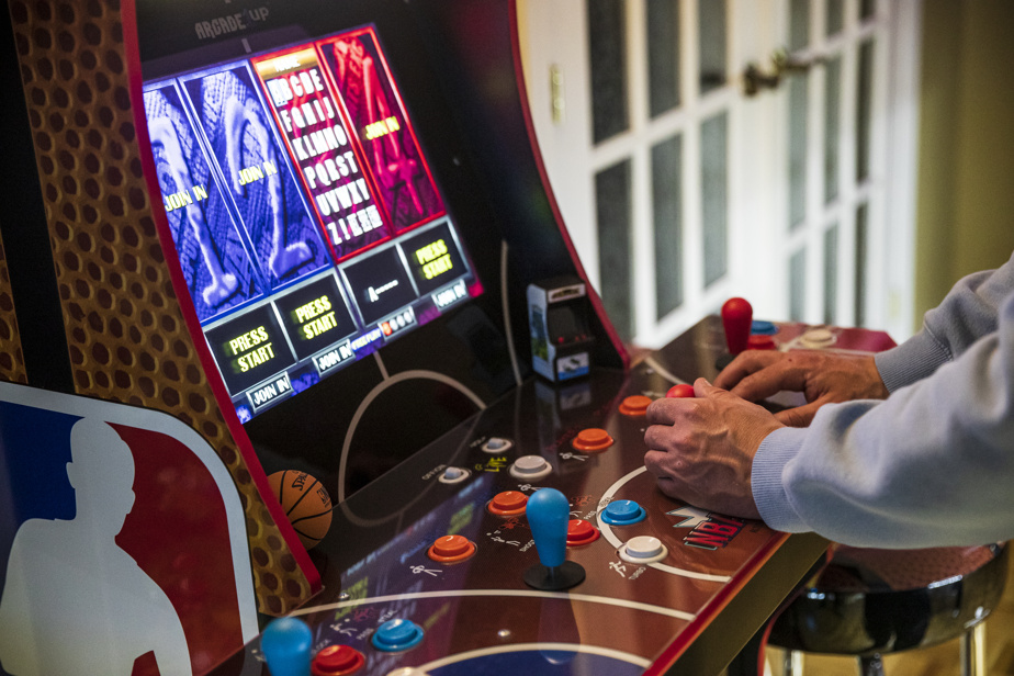 L'Arcade?1UP NBA Jam, qui contient trois jeux de basket, revient à 630?$ environ. Les bornes perdent peu de valeur dans le temps, constate M.?Chamberland.
