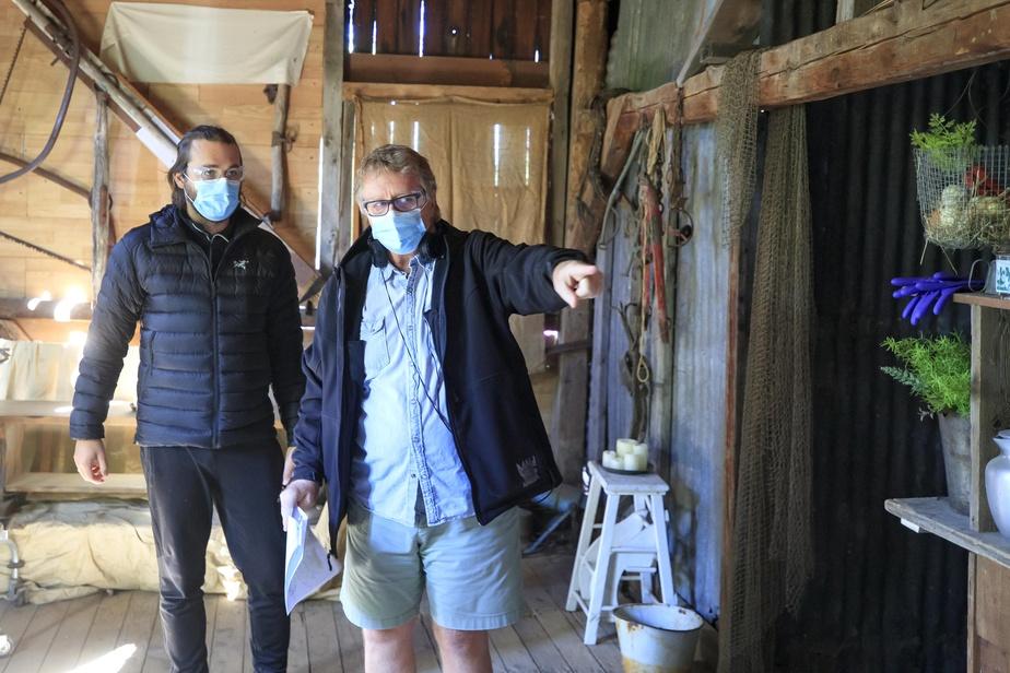 En respectant les mesures sanitaires, l'équipe de réalisation prépare la prochaine scène.