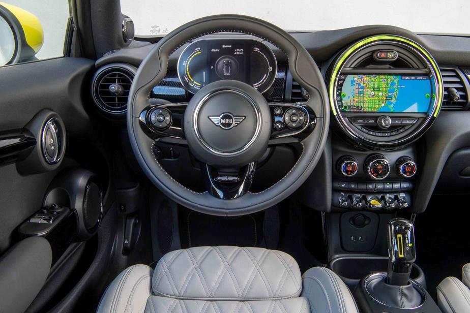 Le tableau de bord et l'intérieur de la Cooper SE