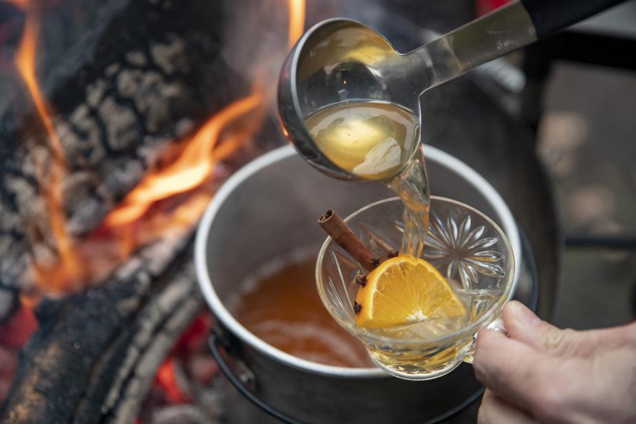 Un petit verre de vin blanc chaud, ça aide à résister au froid!