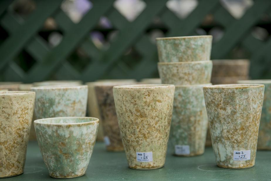 Les pots bleutés fabriqués par l'artiste Makiko Hicher ont une texture irrégulière très distinctive, leur donnant un aspect très organique.