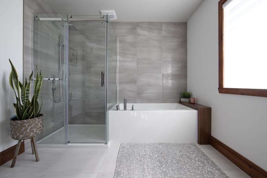 L'an dernier, les propriétaires ont transformé une des sept chambres en salle de bains. Il y a donc maintenant trois salles de bains complètes à l'étage.