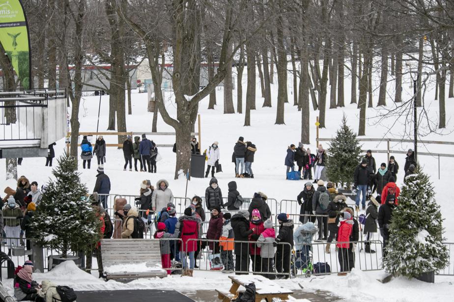 Les patineurs font la file au lac aux Castors, à Montréal, puisque la patinoire permet seulement 50personnes àlafois.