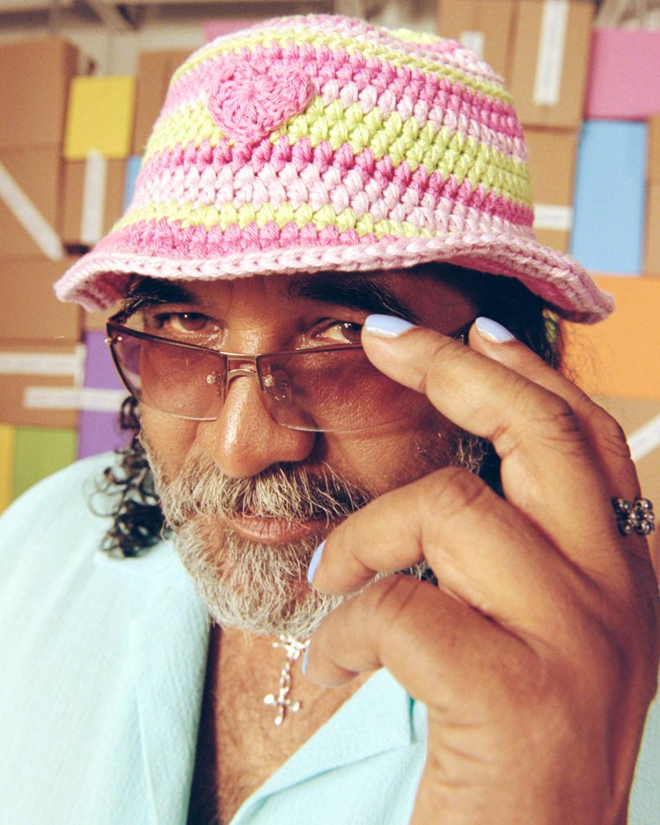 Le chapeau de style bucket est l'une des pièces phares de cette collection.