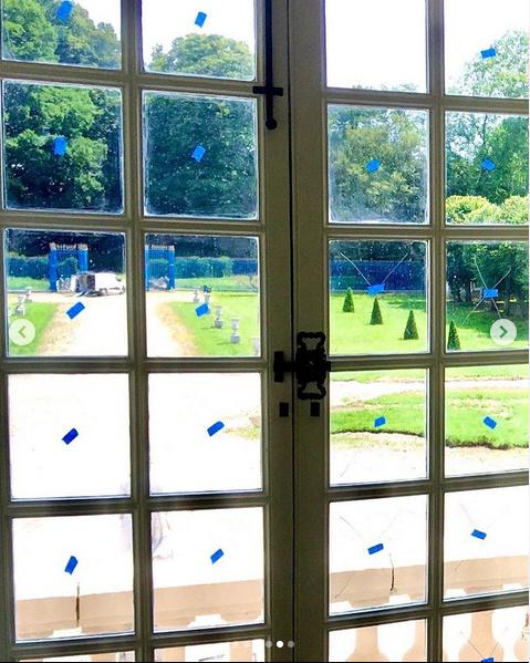 En sablant les cadres des fenêtres, les peintres ont abîmé toutes les vitres.