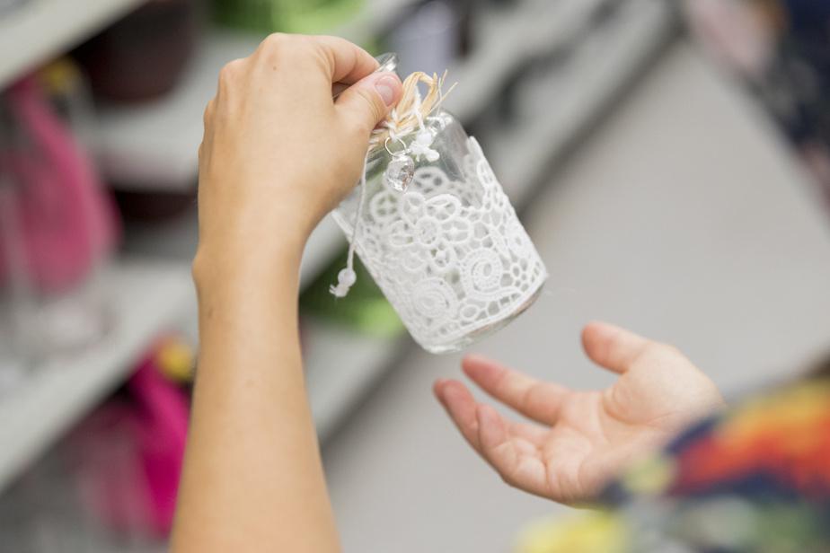 Un petit pot avec une housse en dentelle, qui pourrait être utilisé dans le cadre d'un mariage à petit budget, par exemple.