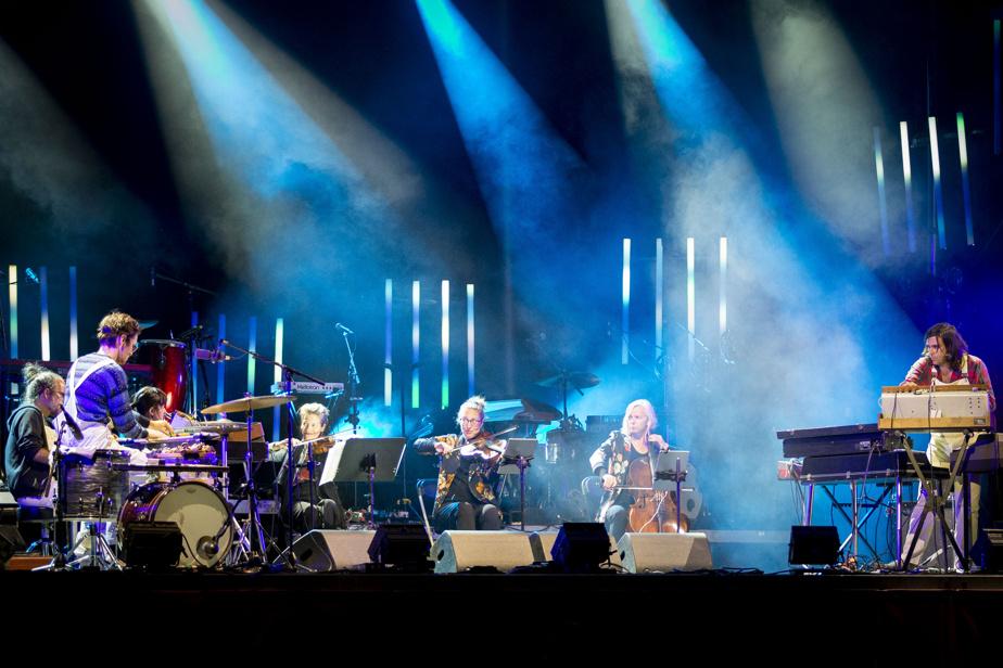 Mathieu David Gagnon et les six musiciens qui l'appuyaient sur la grande scène de la place des Festivals