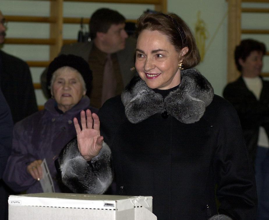 Aline Chrétien vote lors de l'élection du 27 novembre 2000.