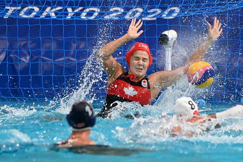 La gardienne de but canadienne ClaraVulpisi lors du match de demi-finale de water-polo contre les États-Unis.