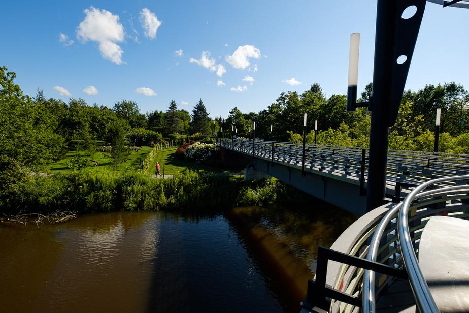 Le parc dispose de plusieurs passerelles enjambant la rivière.
